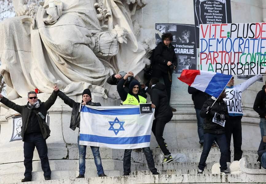 Drapeaux sur la statue de la République