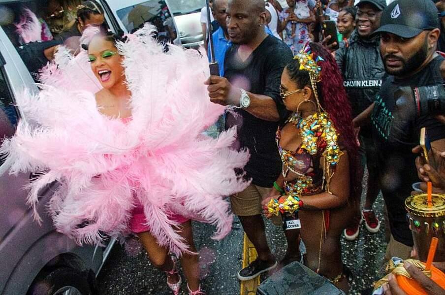 Rihanna, son sourire éclatant alors qu'elle commence la parade