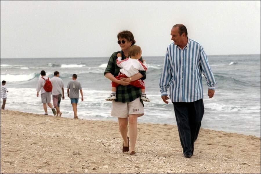 Jacques et Claude Chirac avec son fils Martin dans les bras, en vacances sur l'île de la Réunion, en 1997
