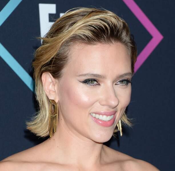 Le wet look, la coiffure parfaite de Scarlett Johansson pour mettre en valeur son blond holywoodien.