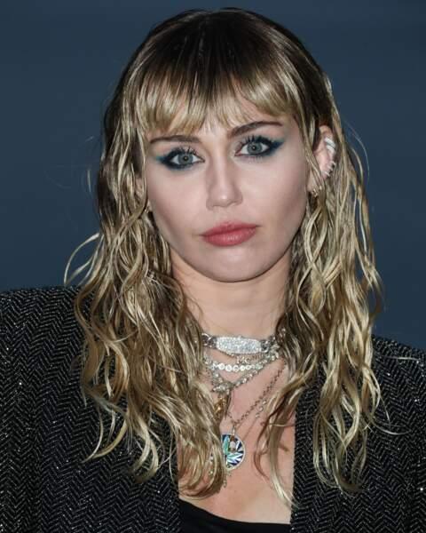 des racines foncées et un blond froid, une couleur stylée pour Miley Cyrus