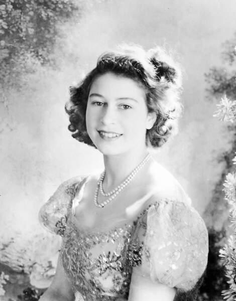 Elisabeth parée de perles, à Londres, en 1946.