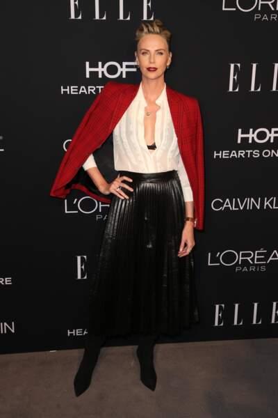 Charlize Theron sexy avec un soutien-gorge apparent et un chignon rock