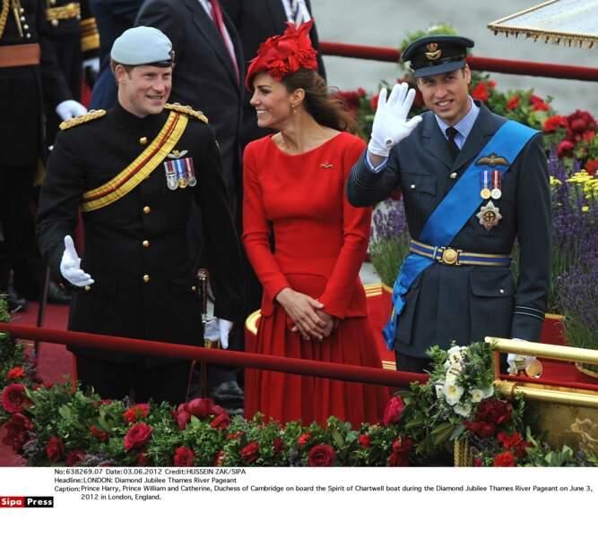 Lors du jubilée de la reine, Kate est plus réceptive aux plaisanteries d'Harry qu'au sérieux de son mari