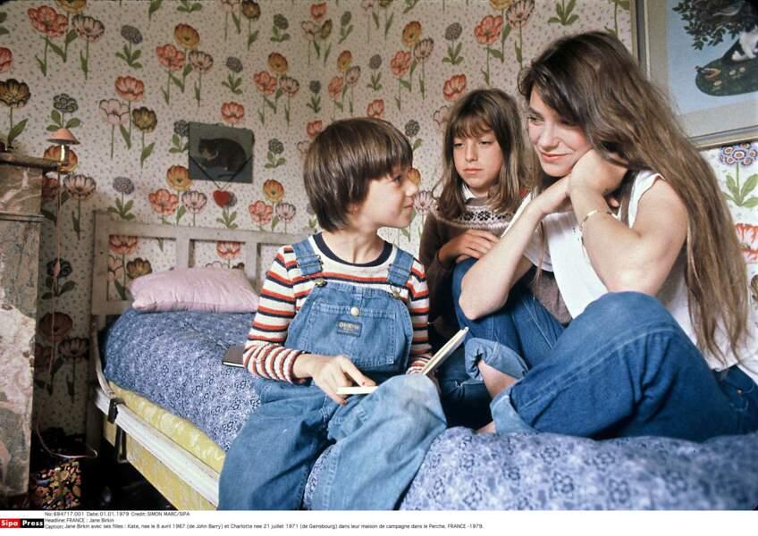 Jane Birkin avec ses filles en 1979 : Kate, née en 67 (de John Barry) et Charlotte née en 71 (de Gainsbourg)