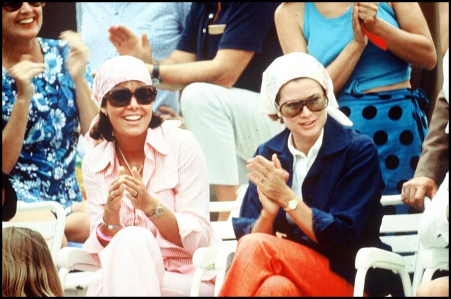 On s'inspire : Caroline de Monaco et sa mère Grace portaient le foulard comme un bandana, ultra élégant.