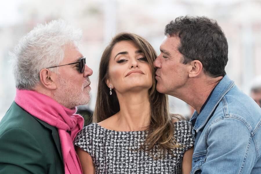 Penélope Cruz très complice avec Antonio Banderas et Pedro Almodovar lors du photocall à Cannes.