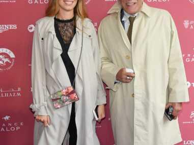 Gérard Darmon et sa fille Sarah, la fille de Mathilda May, tout sourire au Prix de l'Arc de Triomphe