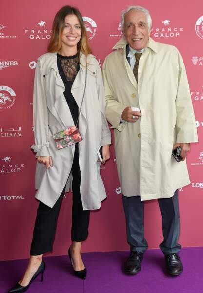 Gérard Darmon et sa fille Sarah complices au Prix de l'Arc de Triomphe ce dimanche à l'hippodrome de Chantilly.