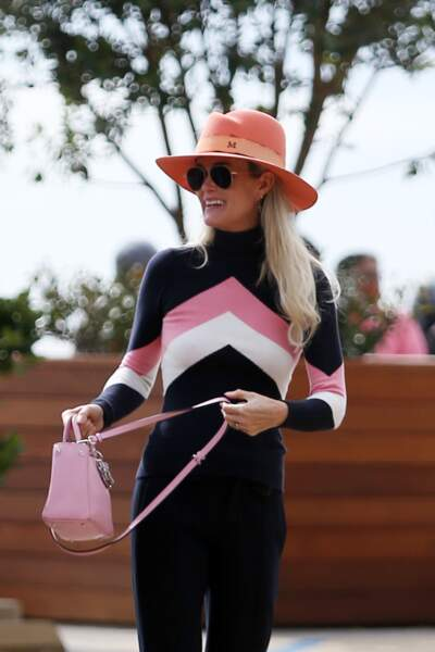 Laeticia Hallyday accessoirise son look d'un Fedora rose, dans les rues de Los Angeles en février 2019