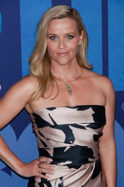 Reese Witherspoon mise sur un rose nacré pour jouer avec la lumière