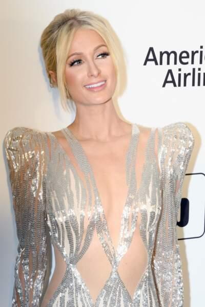 Un chignon et quelques mèches qui entourent le visage comme Paris Hilton
