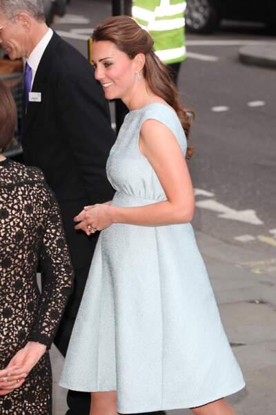 Kate Middleton, enceinte de 6 mois, masquant son ventre avec ses mains jointes, à Londres, le 24 avril 2013.