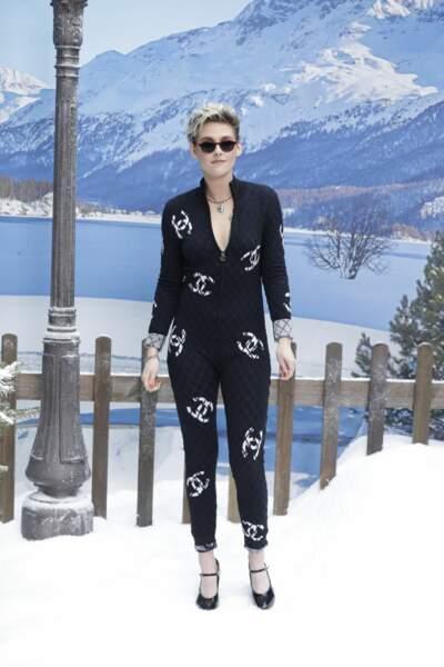 Kristen Stewart pose au photocall du défilé Chanel automne-hiver 2019/2020.