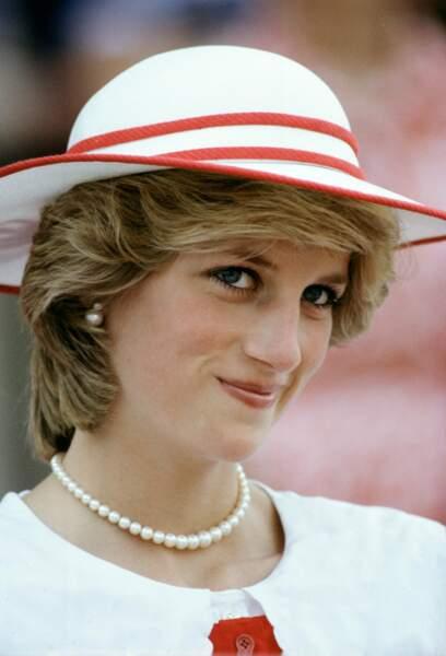 La princesse Diana, portant une paire de boucles d'oreilles en perles à Edmonton, au Canada, en 1983