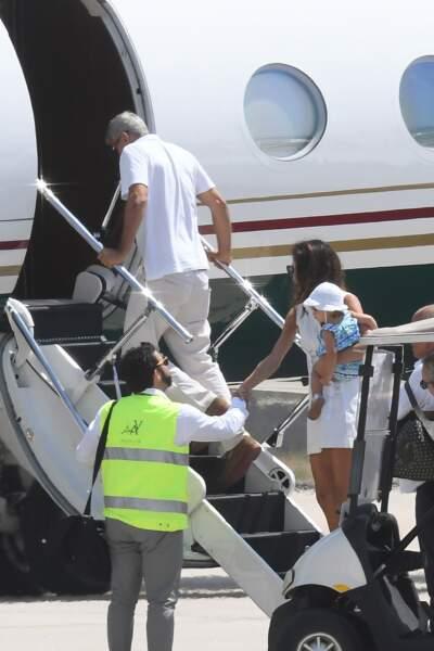 George Clooney et sa femme Amal rejoignent leur avion.