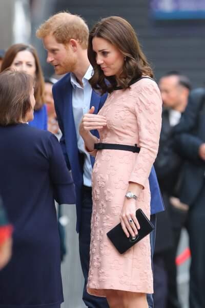 Kate Middleton est vêtue d'une robe de couleur pêche, signée Orla Kiely