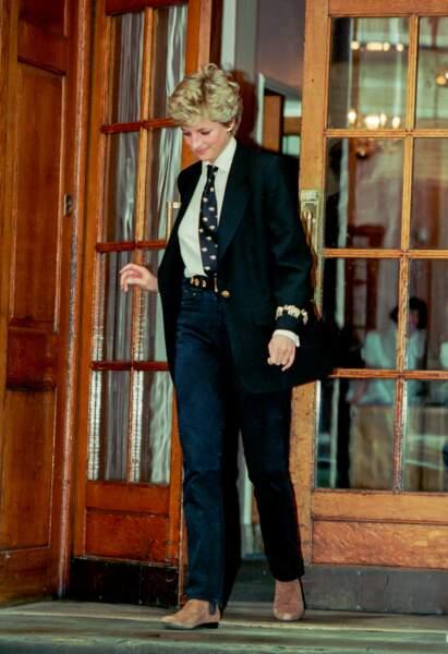 La princesse Diana en blazer et chemise blanche, le 15 mars 1994 devant l'hôpital St Mary à Londres