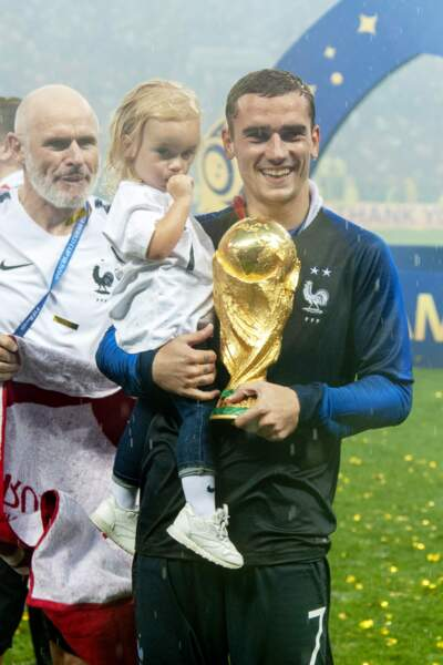 Antoine Griezmann et sa fille Mia lors de la victoire des Bleus à la Coupe du monde 2018