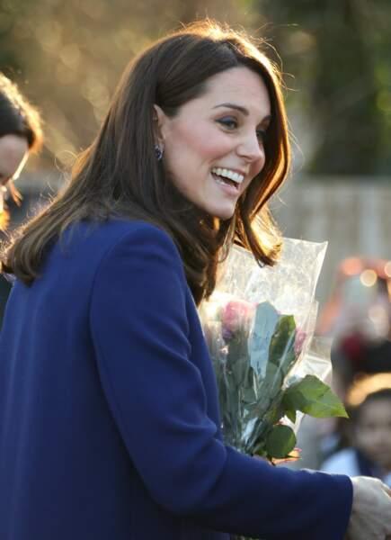 Kate Middleton, très souriante et les cheveux lâchés parfaitement lissés