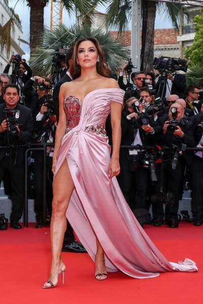 Eva Longoria a attiré tous les regards sur le tapis rouge dans une création Alberta Ferretti