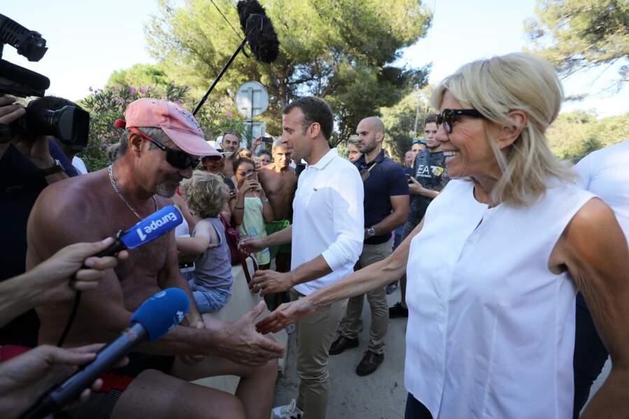 Brigitte Macron, très accessible auprès des Français devant le Fort de Brégançon le 7 août 2018