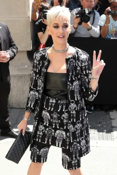 Katy Perry, combine short et jupe dans un même ensemble issu de la précédante collection couture de Chanel