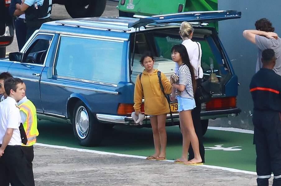 Laeticia Hallyday cajole ses filles à leur arrivée à St Barth devant le cercueil de Johnny