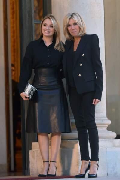 6 juillet 2017 : Brigitte Macron en slim et blazer épaulé noir avec Angélica Rivera, première dame mexicaine
