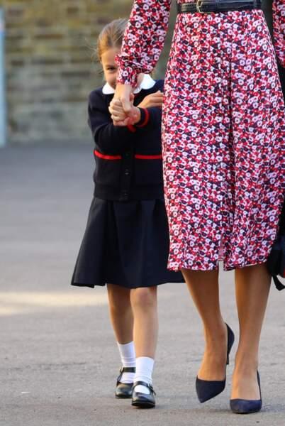 Kate Middleton rassure sa fille, la princesse Charlotte qui pour une fois, n'a pas l'air très à l'aise