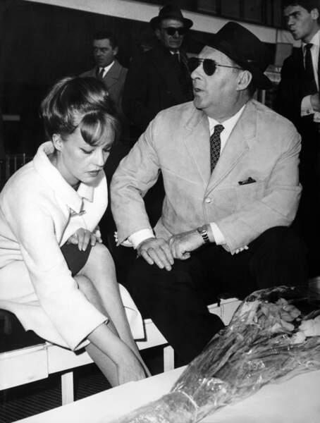 1958, à l'aéroport de Rome en Italie aux côtés de Roberto Rosselinin