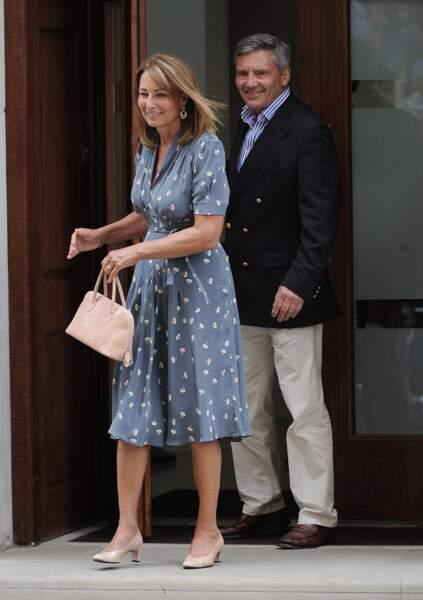 Carole et Michael Middleton devant  l'hôpital St-Mary au lendemain de la naissance de George, le 23 juillet 2013