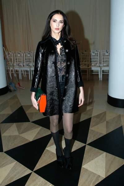 C'est parée d'une veste en cuir retourné que l'actrice a pénétré la Salle Pleyel, lieu du défilé Alexis Mabille.