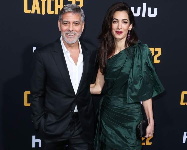 En guise d'accessoire, Amal Clooney a misé sur une minaudière noire, assortie à ses chaussures