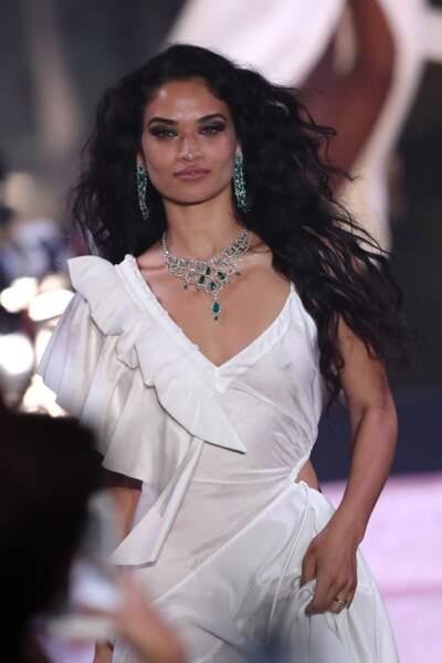Shanina Shaik  incroyable en robe fluide ultra transparente qui dévoile son corps parfait
