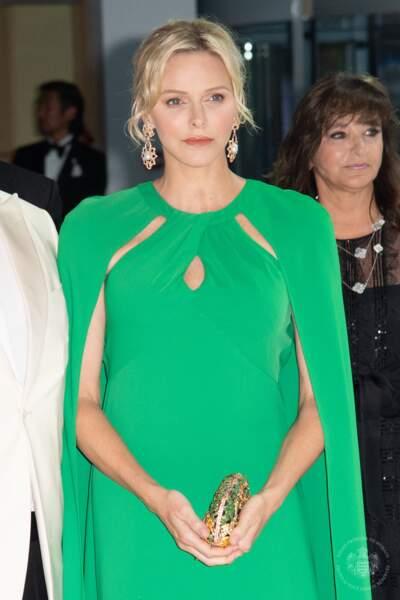 Charlene de Monaco sublime dans une ravissante robe-cape longue
