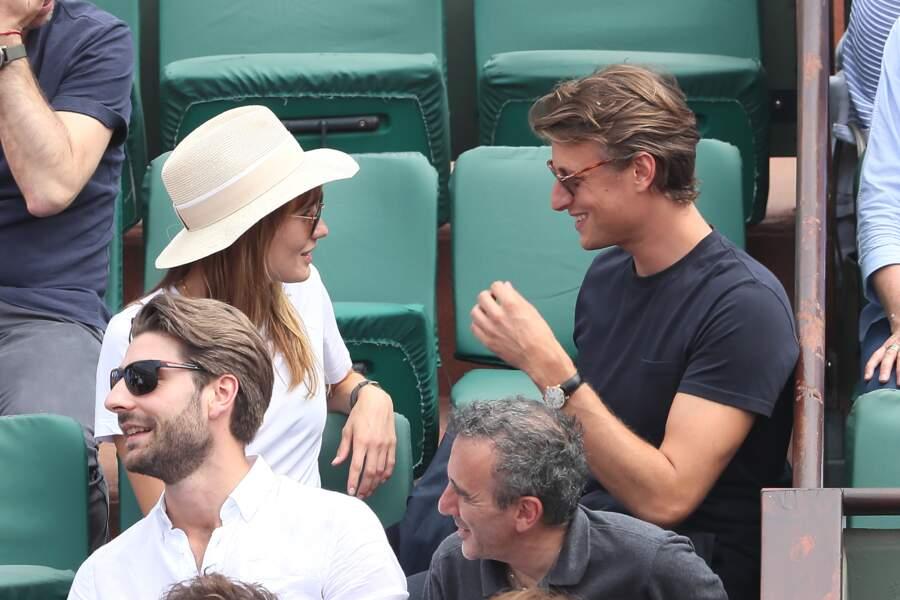 Ana Girardot et Arthur de Villepin, tout sourire à Roland Garros le 9 juin 2018