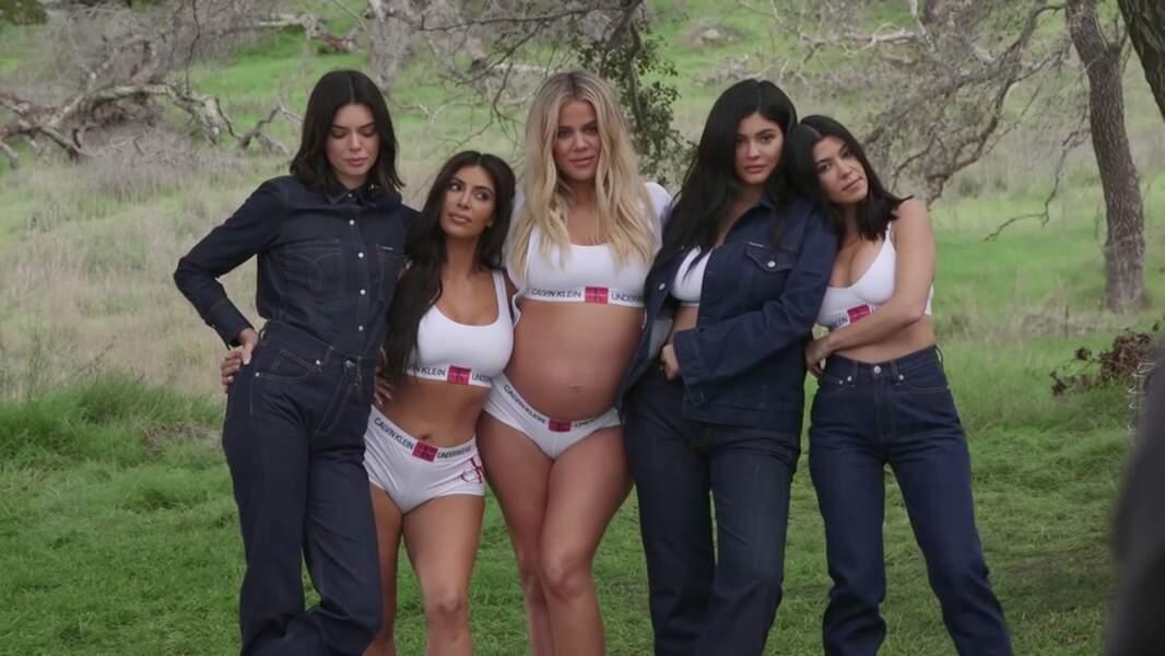 Complices, les soeurs Kardashian partagent un moment de complicité pour la dernière campagne Calvin Klein 2018.
