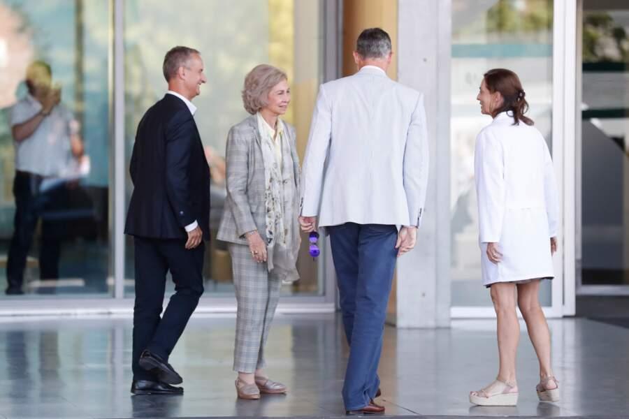 Le roi Felipe d'Espagne et sa mère la reine Sofia s'entretiennent avec le personnel médical à Madrid, le 24 août.