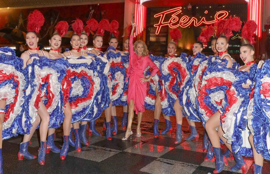 Céline Dion ravie d'être devant Moulin Rouge avec les danseuses du cabaret