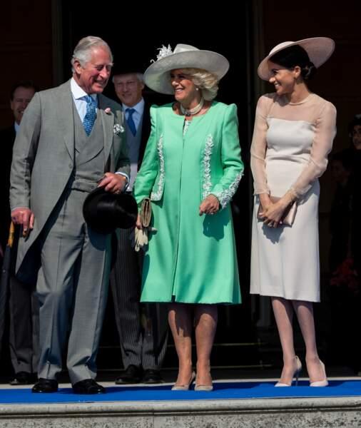 Meghan Markle, pour l'anniversaire du prince Charles, en rose pale, à côté de Camilla tout en vert éclatant