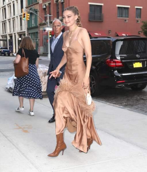 Gigi Hadid arborait également un mini-sac coquillage