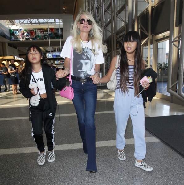 Laeticia Hallyday quitte Los Angeles pour Paris avec ses deux filles Jade et Joy
