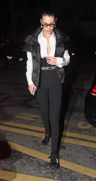 Bella Hadid twiste la doudoune pour un look noir et blanc élégant signé Off-White.