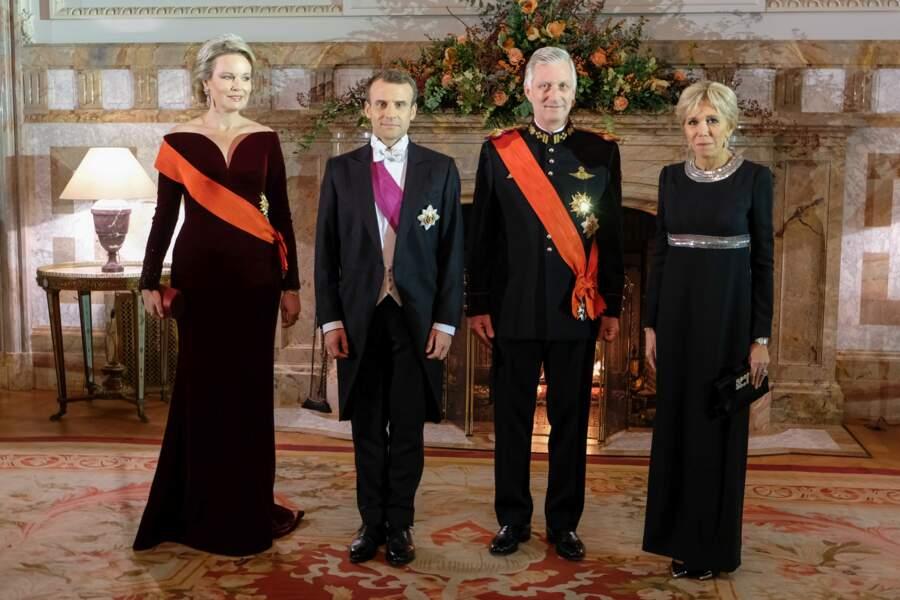Brigitte Macron en robe de vestale noire et grise scintillante Louis Vuitton avec le roi et la reine de Belgique