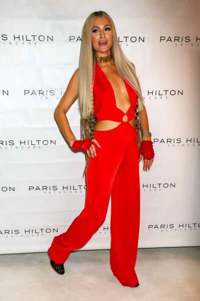 Paris Hilton renoue avec les cheveux ultra-longs, raides et blonds