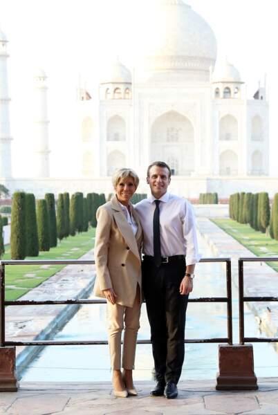 Brigitte et Emmanuel Macron posent devant le Taj Mahal, en Inde, le 11 mars 2018