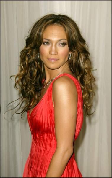 Jennifer Lopez avec une cascade de cheveux bouclés