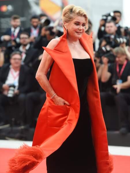 Côté mise en beauté, l'actrice a opté pour un maquillage sobre et les cheveux attachés en chignon.
