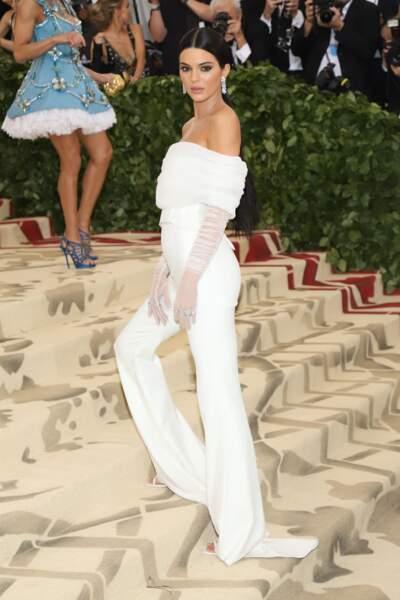...soit le soir, comme au Met Gala : Kendall Jenner est habillée par Off-White dans une combinaison blanche.